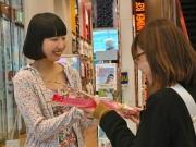 梅田のユニクロに「花ガール」 「リバティ」コラボに合わせ、客に桜進呈