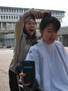 サイモンフレーザー大学で断髪式 小児がん患者のためにウイッグを