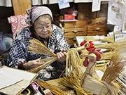 山形・えとのわら細工づくり最盛期 90歳の石川たかさん、今年も黙々と