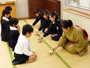 山陽小野田の「お茶っ子クラブ」、児童館まつりのお茶席に向け練習中