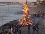 横須賀東海岸で伝統行事「おんべ焼き」 冬の火祭り