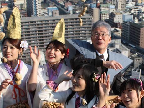 平松邦夫大阪市長と、NMB48の渡辺美優紀さん・山本彩さん