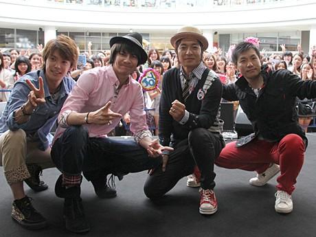 あべのキューズモールに登場した清水良太郎さん、JOYさん、つるの剛史さん、増田英彦さん(左から)