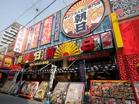 「串かつ・ホルモン 朝日」(写真)など新世界の串カツ店16店で食べ放題企画