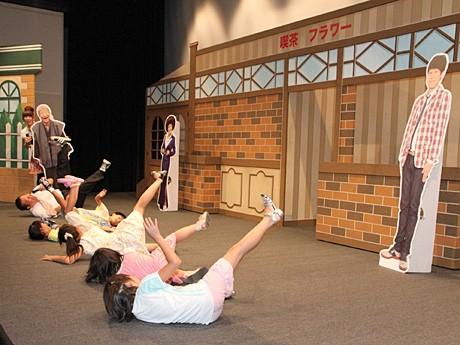 近鉄阿倍野に吉本新喜劇の舞台。ギャグでこける子どもら
