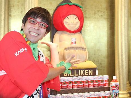 クマガイタツロウさんが幸福の神様ビリケンさんにトマトジュースを奉納