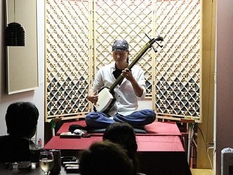 「わいんダイニングせん」で三味線ライブを開いた山田栄水さん