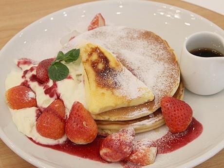 あべのHoopにパンケーキ専門店「バター」(写真=苺ととろけるクリームブリュレのパンケーキ)