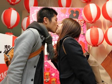 通天閣展望券売り場でキスするカップル