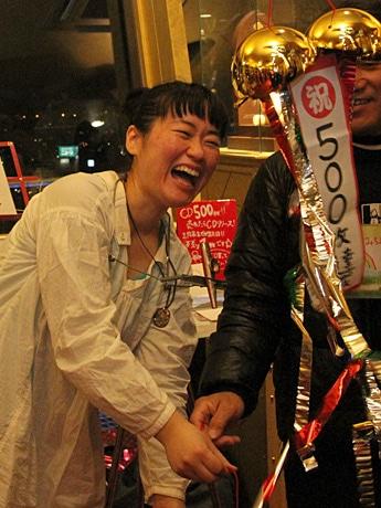 CD500枚販売の目標を達成した岩本三千代さん