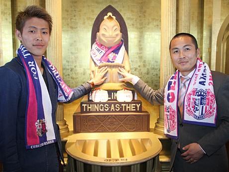 柿谷選手(左)と森島さんがビリケンさんに必勝祈願