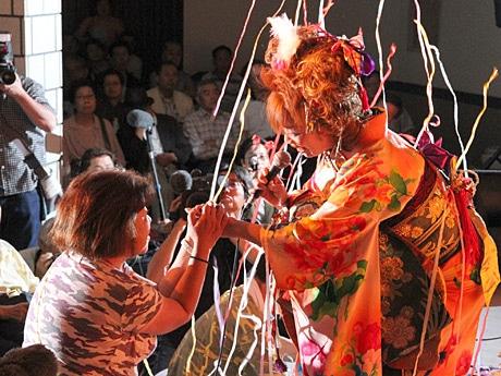 通天閣歌謡劇場、最終公演のステージで歌う叶麗子さん