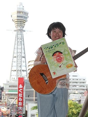 通天閣スタジオ210のライブをPRする岩本三千代さん