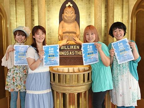 幸福の神様ビリケンさんと松井さん(通天交響楽団)、吉野さん、むんむさん、岩本さん(左から)