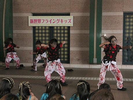 新世界フライングキッズでダンスを披露