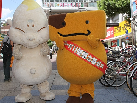 新世界のキャラクター「ビリケンちゃん」(左)と「くしたん」