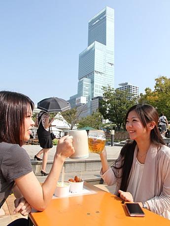 日本一高いビル「あべのハルカス」をバックに乾杯