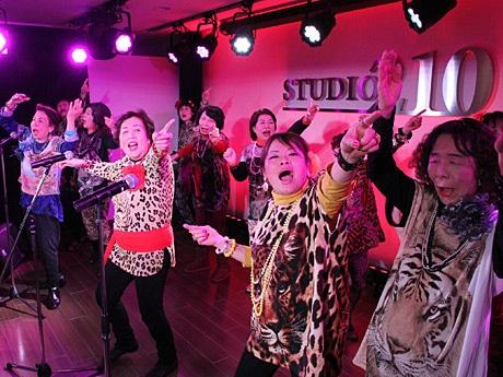 大阪のご当地アイドル「オバチャーン」がライブ