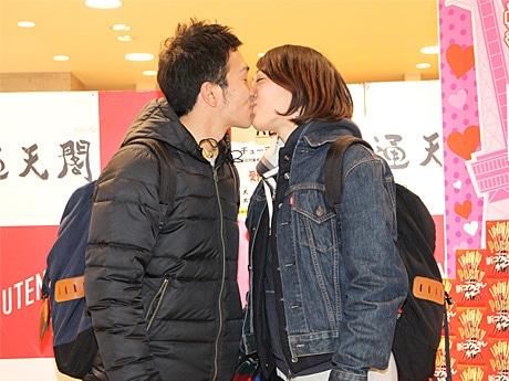 チケット売り場前でキスするカップル