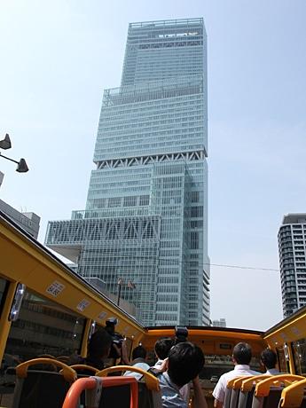 2階建てオープンデッキバスから見た日本一の超高層ビル「あべのハルカス」