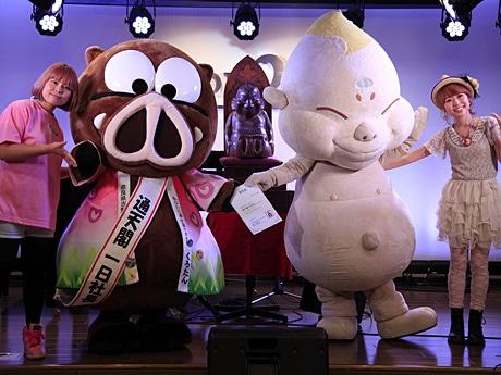 (左から)むんむさん、くろたん、ビリケンちゃん、イーゼル芸術工房の松井香奈さん