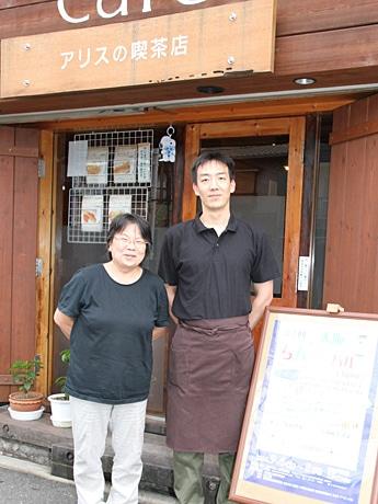 実行委員長の下道さん(左)と「アリスの喫茶店」の藤本さん