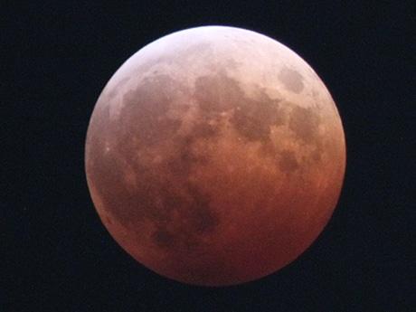 皆既月食で赤く染まった月