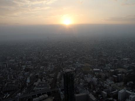 あべのハルカス展望台から眺めた初日の出(1月1日撮影)