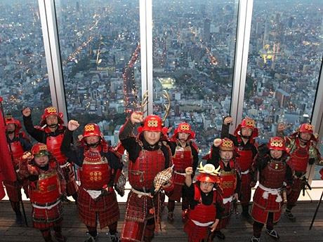 あべのハルカスの展望台に大阪城甲冑隊