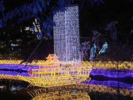 「あべの・天王寺イルミナージュ」で池に浮かぶ光の船(10月30日に開かれた内覧会で)