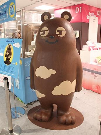 あべのハルカス近鉄本店のバレンタイン会場に等身大「あべのべあ」チョコレート像