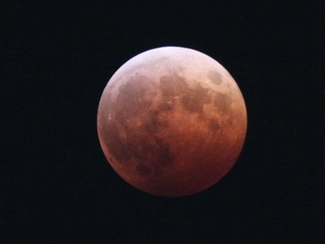 あべのハルカスで観察した「皆既月食」(昨年10月8日にハルカスのヘリポートで撮影)