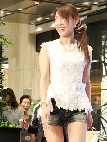 美魔女コンテストで優勝した手塚真希さん