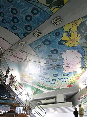 通天閣で復刻した天井画を報道陣に公開