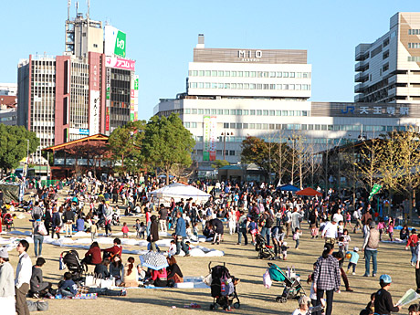 にぎわう天王寺公園エントランスエリア「てんしば」(10月25日撮影)