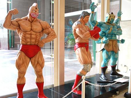 (左から)キン肉マン、テリーマン、アシュラマンの等身大オブジェ