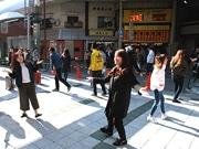 通天閣本通商店街でフラッシュモブ ダンサーが突然踊り出す