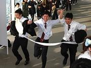 日本一の超高層ビル「あべのハルカス」で大人の階段上る 新成人108人が徒歩で
