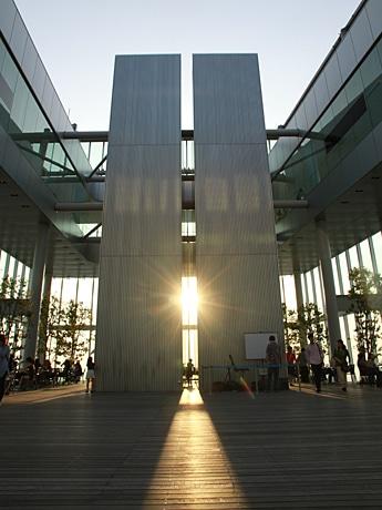 ツインタワーの間を通過する夕日(ハルカス300の天空庭園で5月14日撮影)