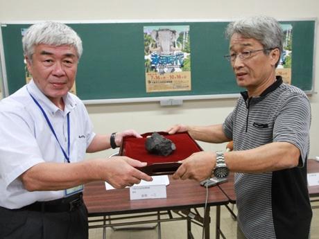金澤芳廣さん(右)が恐竜化石を寄贈