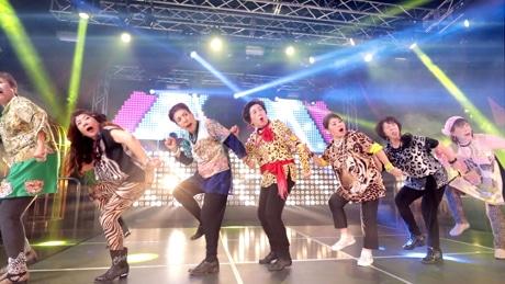 MVで「ウォーキングマンダンス」を踊る「オバチャーン」