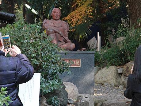安居神社に多くの人(12月19日午前)