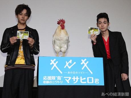 舞台あいさつに(左から)松坂桃李さん、マサヒロ、菅田将暉さん