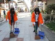 通天閣周辺で地元町内会が清掃 新世界イメージガールも参加