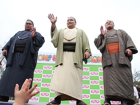 天王寺公園てんしばに横綱・鶴竜関、勢関 大相撲大阪場所をPR