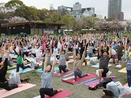 天王寺公園「てんしば」で200人超が一斉にヨガ