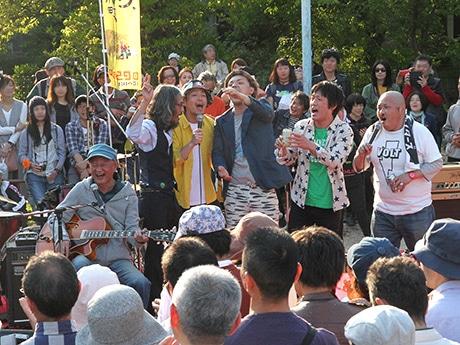 桃ヶ池青空ライブに木村充揮さん(左)ら