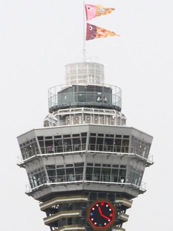 通天閣の頂上に「カプのぼり」掲揚 こどもの日企画で