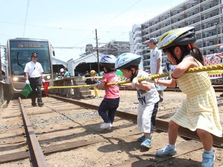 阪堺電車あびこ道車庫で「路面電車まつり」 電車と綱引きも