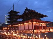 四天王寺で「万灯供養」 ろうそく1万本、幻想的にともる